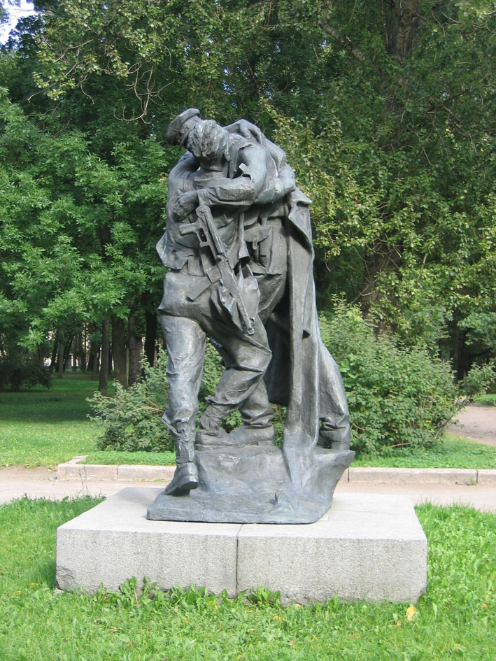 скульптура целующиеся солдаты