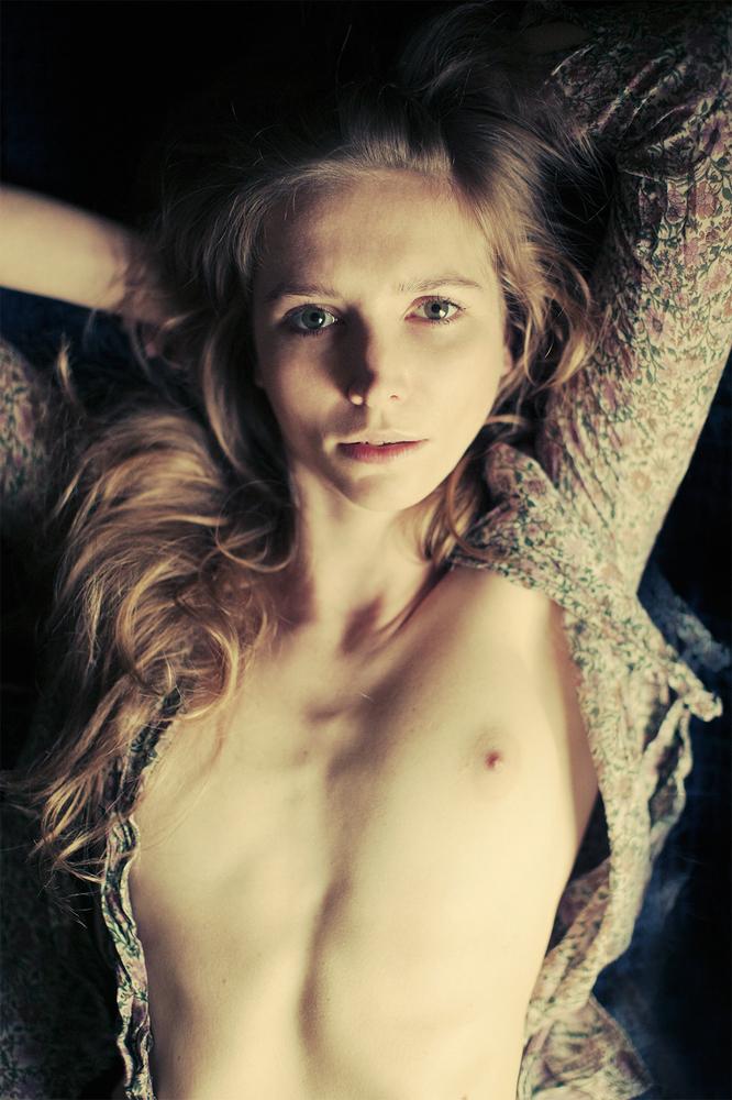 Фото голых женщин у которых из пизды идет течка 6 фотография