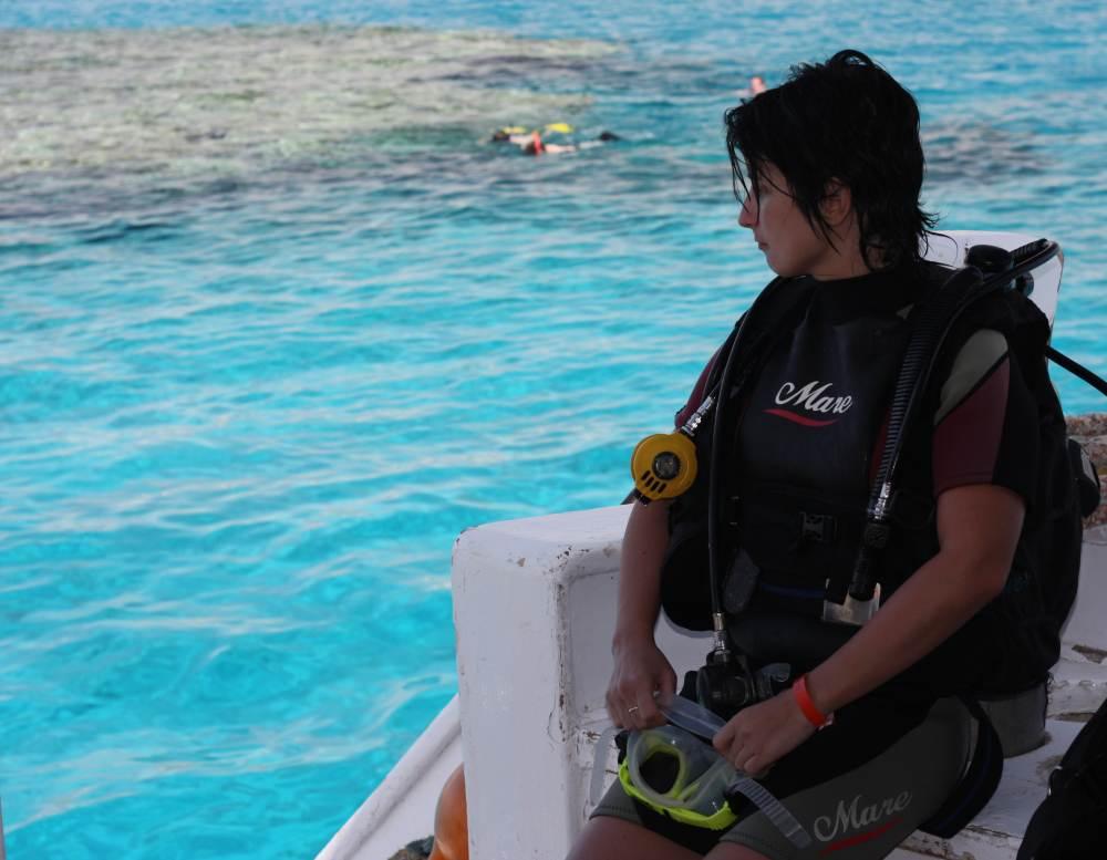 Женщины надевают акваланги