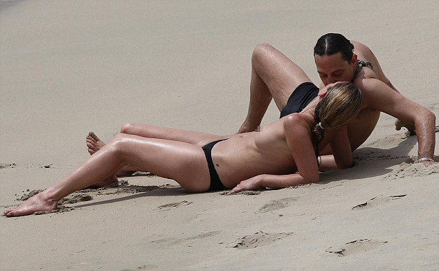 Трахаются на диком пляже талантливая