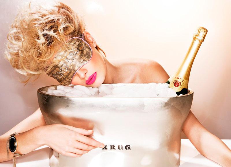 Девушка принимает ванну, попивая шампанское  258196