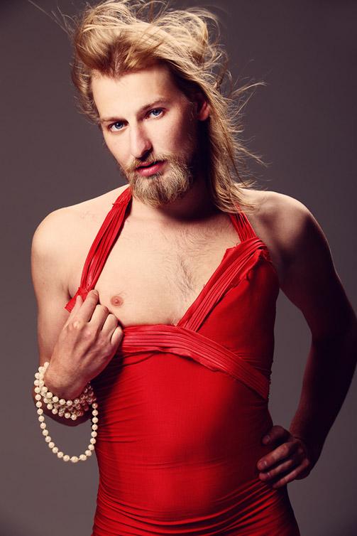 Фото парня в красном платье