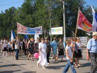 Директор 2-й школы Сергиевская Зинаида Павловна, на заднем плане учителя и ученики школы