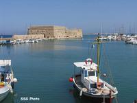 Старая венецианская крепость, вдали