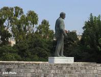 Владимир Ильич тайно пробрался на сказочный Крит и встал на постамент