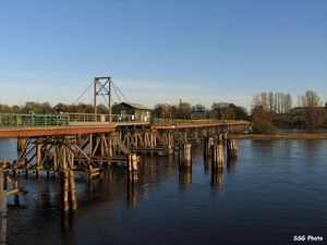 Мост с Петровского на Крестовский, апрель, закат