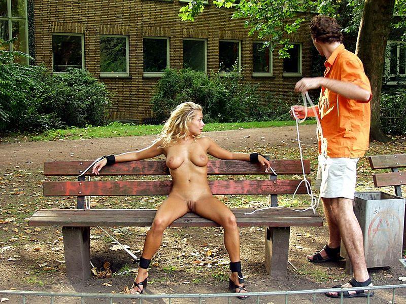 мужчина привязал голую женщину к столбу на улице - 11