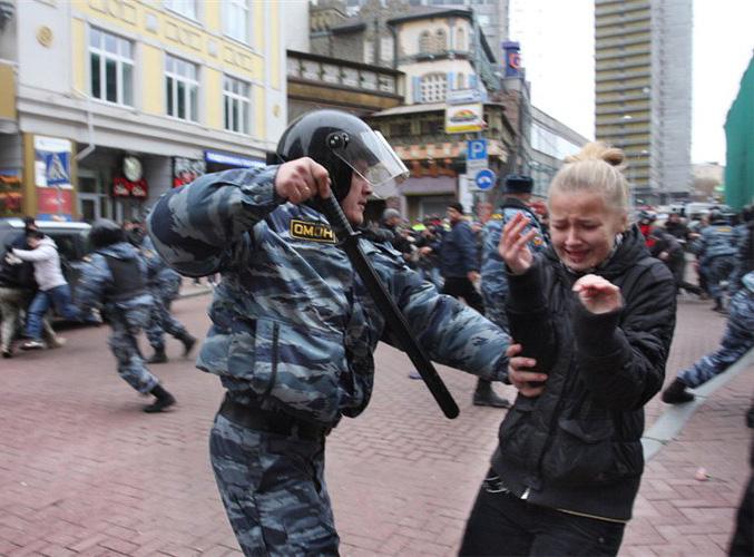 Здесь русский дух советского разлива - Говорят наша полиция и ОМОН не бьет женщин?Полиция бьёт всех. Женщин, детей, сочувствующи