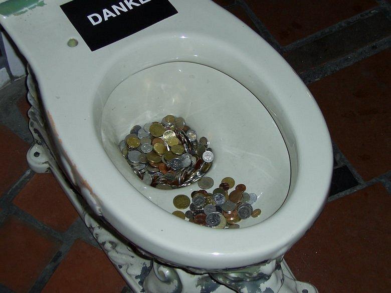 я швырнула деньги и бегом в туалет добавлением