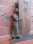 Девушка, выглядывающая из-за двери