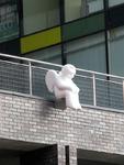 Белый ангелок на современном здании